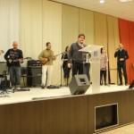 Leonel Trovato dirigiendo el culto